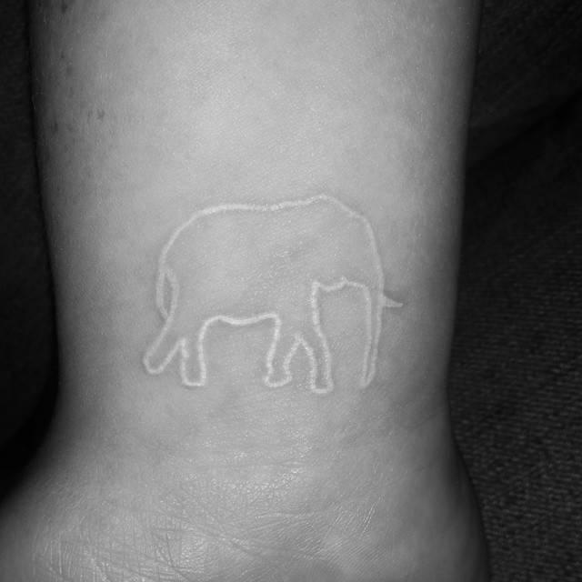 Tatuaje en color blanco