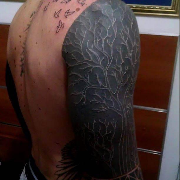 Tatuaje en tinta blanca